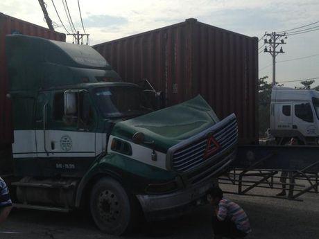 Hai container tong nhau, khu vuc ket xe nghiem trong - Anh 1