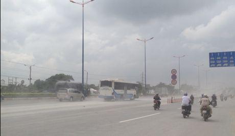 Chum anh: Kinh hoang bao bui va bun lay tren xa lo Ha Noi - Anh 1