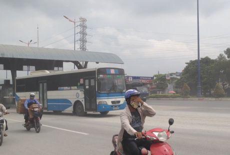 Chum anh: Kinh hoang bao bui va bun lay tren xa lo Ha Noi - Anh 2