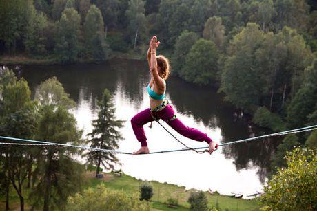'Dung tim' co gai tap Yoga tren day giua vuc nui sau hun hut - Anh 3