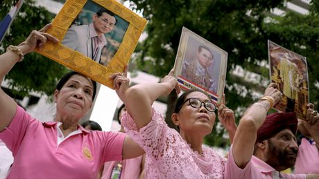 Thai Lan cau nguyen cho suc khoe quoc vuong - Anh 1