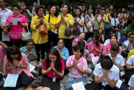 Thai Lan cau nguyen cho suc khoe quoc vuong - Anh 2