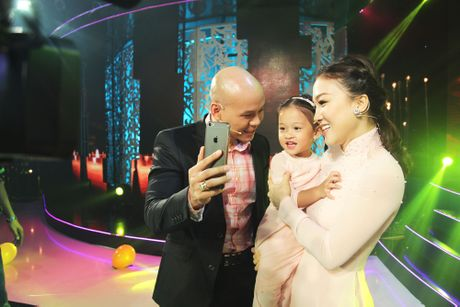 Ba xa Phan Dinh Tung pha le len san khau cung chong - Anh 1