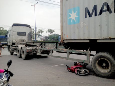 Lot vao gam container, nam thanh nien thoat chet hi huu - Anh 2