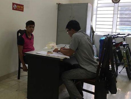 Khong doi mu bao hiem con dam gay rang CSGT - Anh 2