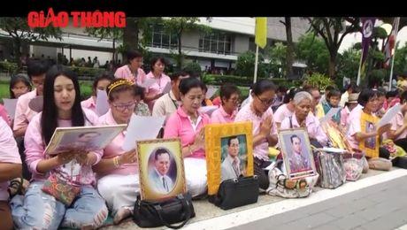 Nguoi Thai Lan lo lang, cau nguyen cho nha Vua - Anh 1