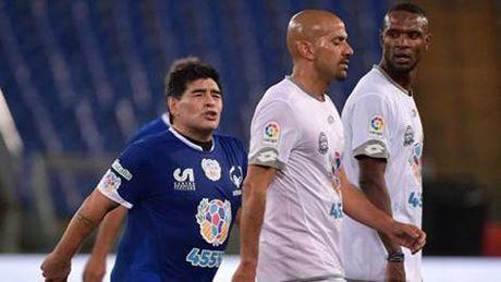 Maradona kien tao cho Totti ghi ban, suyt tan nhau voi Veron trong tran dau tu thien - Anh 1