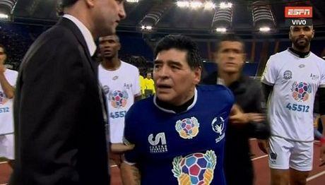 Maradona kien tao cho Totti ghi ban, suyt tan nhau voi Veron trong tran dau tu thien - Anh 2