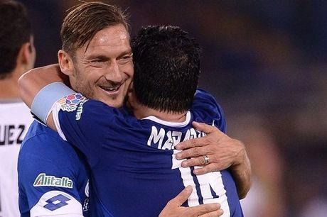 Maradona kien tao cho Totti ghi ban, suyt tan nhau voi Veron trong tran dau tu thien - Anh 3