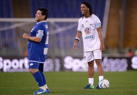 Maradona kien tao cho Totti ghi ban, suyt tan nhau voi Veron trong tran dau tu thien - Anh 4