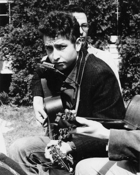 Bob Dylan dung can sa dua The Beatles 'vao doi', tung bi bat vi lang thang duoi mua - Anh 1
