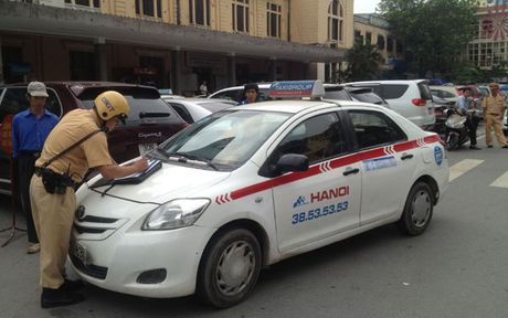 Xu ly gan 2.300 xe taxi cac tinh dang hoat dong chui o Ha Noi - Anh 1