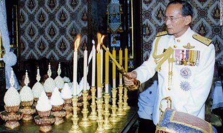 Nha vua bang ha, Thai Lan chuyen giao quyen luc the nao? - Anh 1