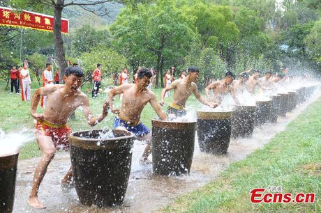 Canh kho luyen cua vo sinh Thieu Lam o Trung Quoc - Anh 4