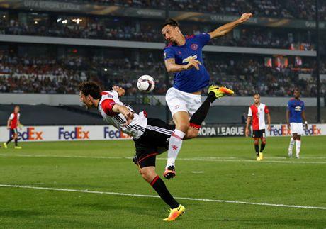 Chua thi dau, CDV Feyenoord da noi gian voi M.U - Anh 2