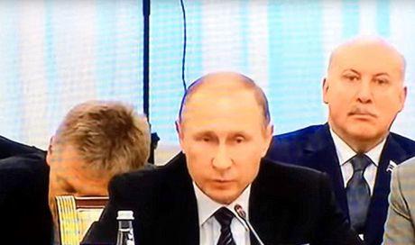 Nguoi phat ngon ga gat ngay sau lung Tong thong Putin - Anh 1