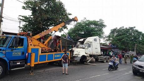 Tin nong 24H: Container lao sau vao nha dan luc rang sang - Anh 1