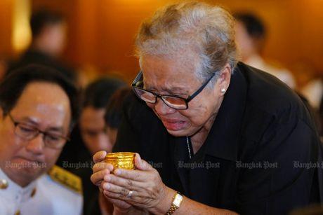 Hang van nguoi dan Thai Lan don linh cuu nha vua ve cung dien - Anh 10