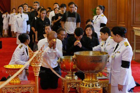 Hang van nguoi dan Thai Lan don linh cuu nha vua ve cung dien - Anh 8