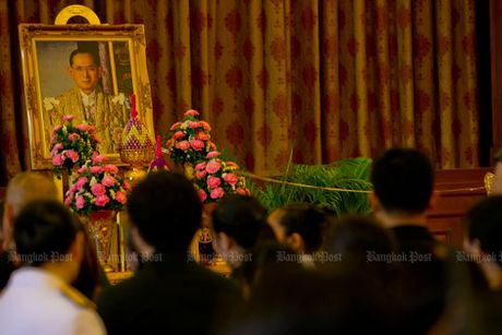 Hang van nguoi dan Thai Lan don linh cuu nha vua ve cung dien - Anh 9