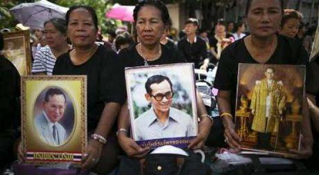 Dan Thai Lan thuong tiec nha vua vua bang ha - Anh 1