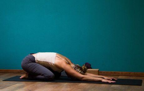 6 bai tap Yoga tren giuong tot cho suc khoe - Anh 1