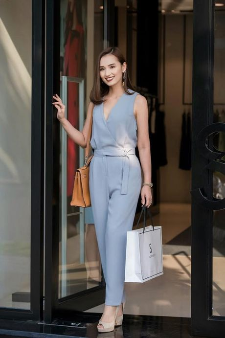 Minh Hang dien style dao pho 'mau me' – Dong Nhi lai vay trang diu dang - Anh 3