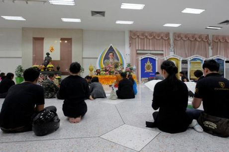Buoi sang dau tien nguoi Thai khong con Quoc vuong Bhumibol - Anh 1
