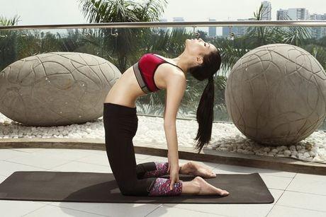 Tap yoga - bi kip giup Ky Duyen luon giu duoc voc dang thon gon - Anh 2