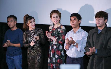 Bao Thy hanh phuc om chat bo me trong ngay ra MV moi - Anh 4