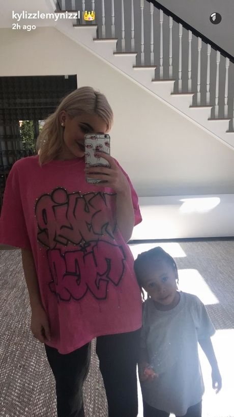 Kylie Jenner chup anh selfie voi con rieng ban trai goc Viet - Anh 1