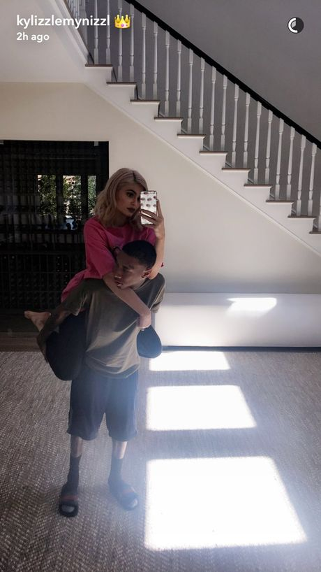 Kylie Jenner chup anh selfie voi con rieng ban trai goc Viet - Anh 2
