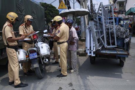 Quang Ninh: Phat nghiem xe cong kenh o Ha Long - Anh 1