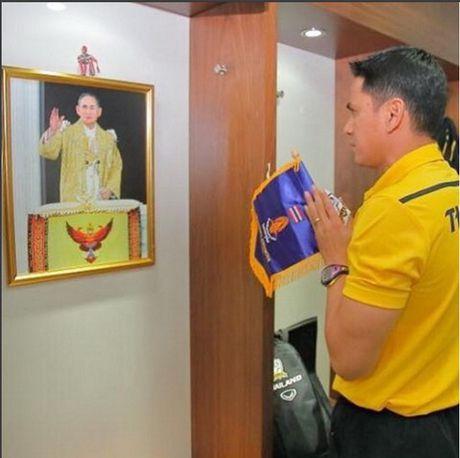 Thai Lan dung moi hoat dong bong da de tuong nho Quoc vuong Bhumibol Adulyadej - Anh 1