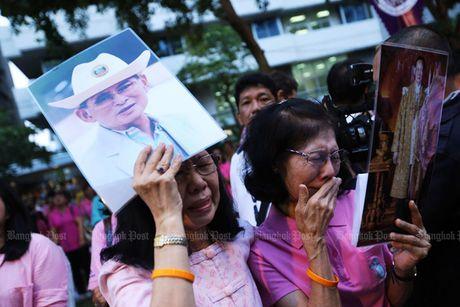 Vua Thai Lan bang ha, nguoi dan khoc tiec thuong - Anh 3