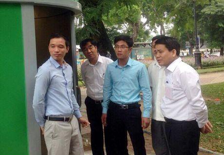 Chu tich Nguyen Duc Chung kiem duyet mau nha ve sinh cong cong moi - Anh 1