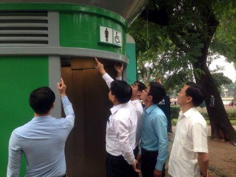 Chu tich Nguyen Duc Chung kiem duyet mau nha ve sinh cong cong moi - Anh 2