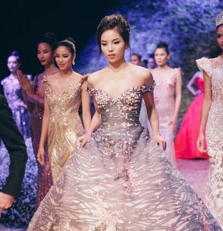 'Lan san' catwalk, lieu Hoa hau Ky Duyen co 'lam nen chuyen'? - Anh 2