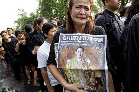 Thai Lan dong cua pho den do sau khi vua mat - Anh 1