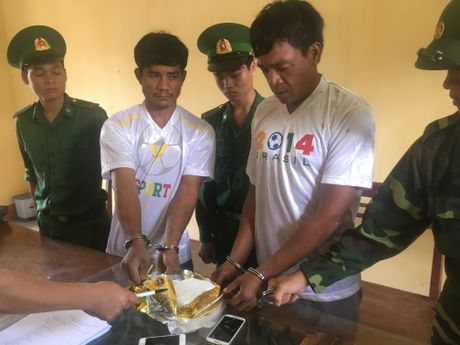 Bat 2 nguoi Campuchia van chuyen 1kg ma tuy xam nhap bien gioi Viet Nam - Anh 1