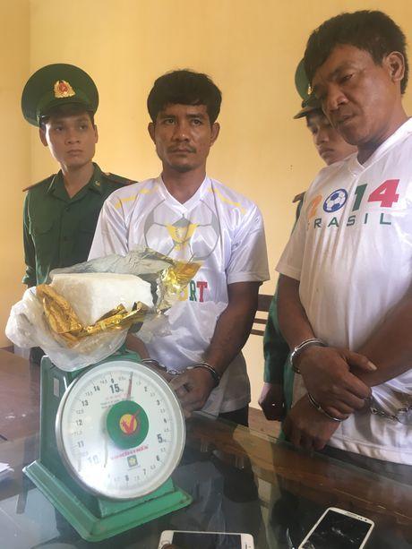 Bat 2 nguoi Campuchia van chuyen 1kg ma tuy xam nhap bien gioi Viet Nam - Anh 2