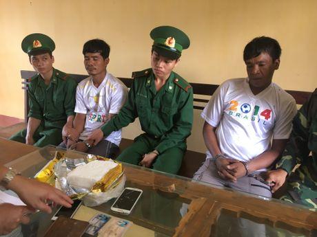Bat 2 nguoi Campuchia van chuyen 1kg ma tuy xam nhap bien gioi Viet Nam - Anh 3