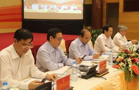 Thu tuong Nguyen Xuan Phuc nhan tin ung ho nguoi ngheo - Anh 2