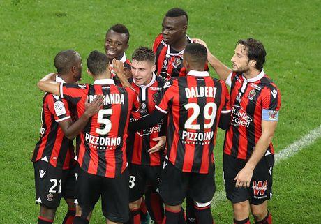 Balotelli sut hong penalty trong tran thang Lyon 2-0 - Anh 2