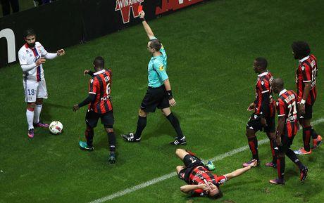 Balotelli sut hong penalty trong tran thang Lyon 2-0 - Anh 4