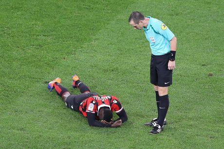Balotelli sut hong penalty trong tran thang Lyon 2-0 - Anh 5