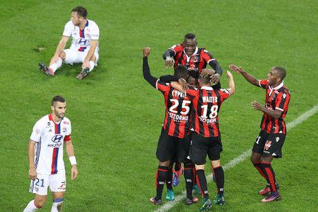 Balotelli sut hong penalty trong tran thang Lyon 2-0 - Anh 6