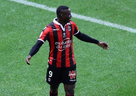 Balotelli sut hong penalty trong tran thang Lyon 2-0 - Anh 7
