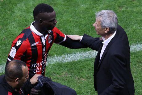 Balotelli sut hong penalty trong tran thang Lyon 2-0 - Anh 8