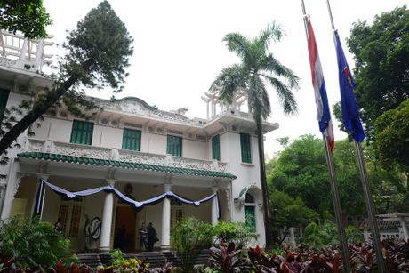 Doan nguoi xep hang vieng nha vua Thai Lan tai Ha Noi - Anh 1